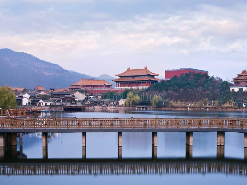 Village antique chinois avec un pont au crépuscule, Hengdian, Chine images stock