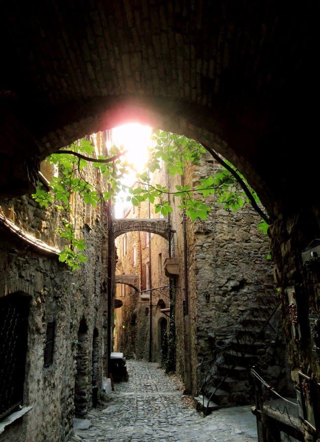 Village antique d'allée de Bussana Vecchia (Ligurie) - Italie images libres de droits