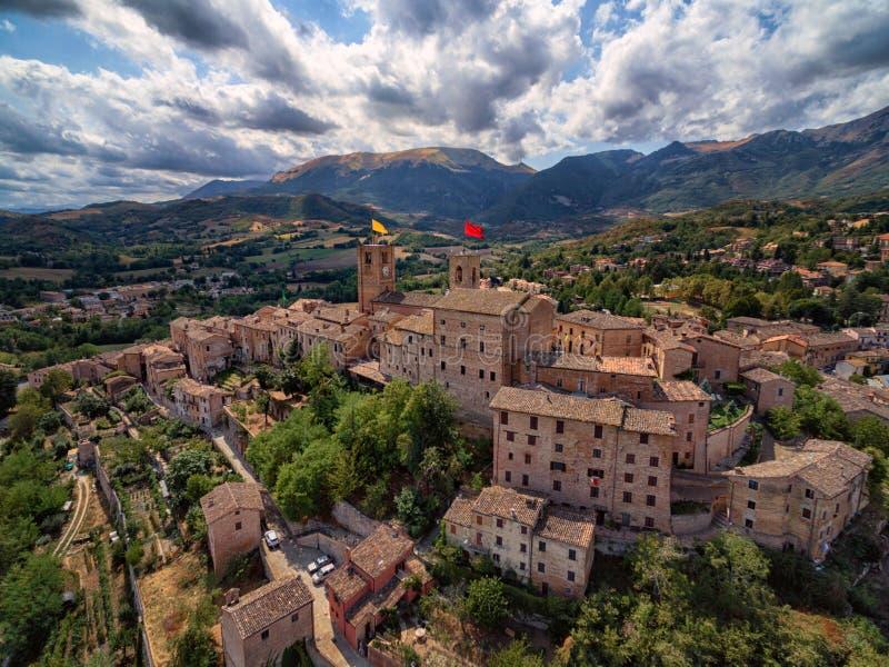 Village antique de Sarnano, Italie, Marche - vue aérienne photos stock