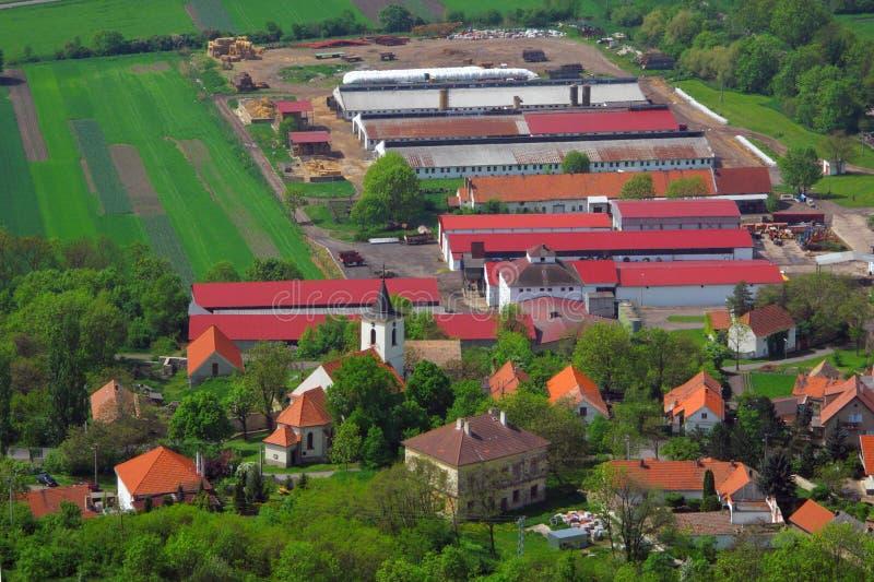 Village avec la ferme sur la vue aérienne photo libre de droits
