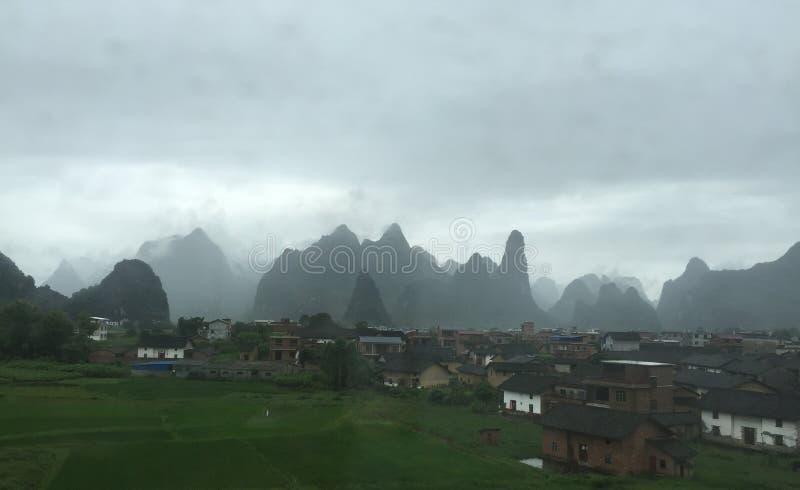 Village brumeux photo libre de droits