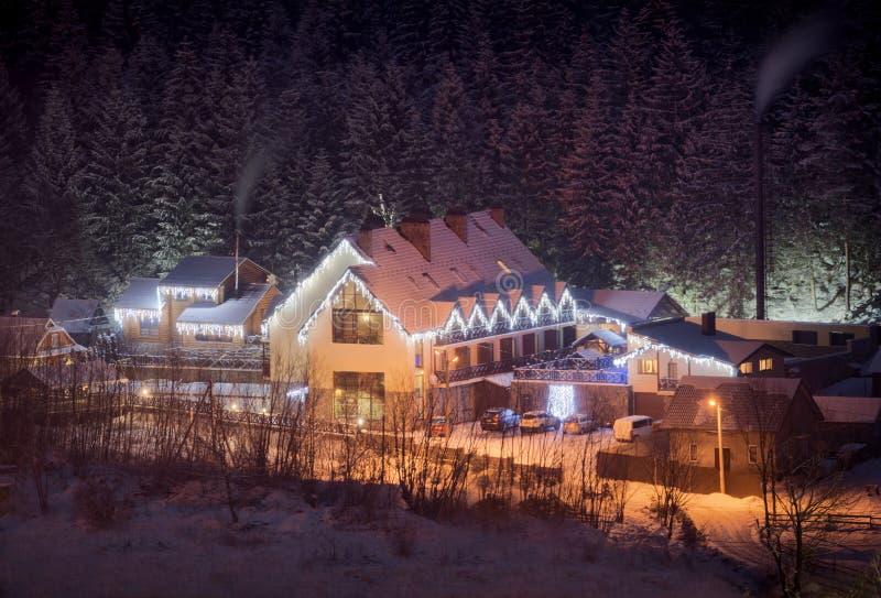 Village carpathien d'hiver images stock