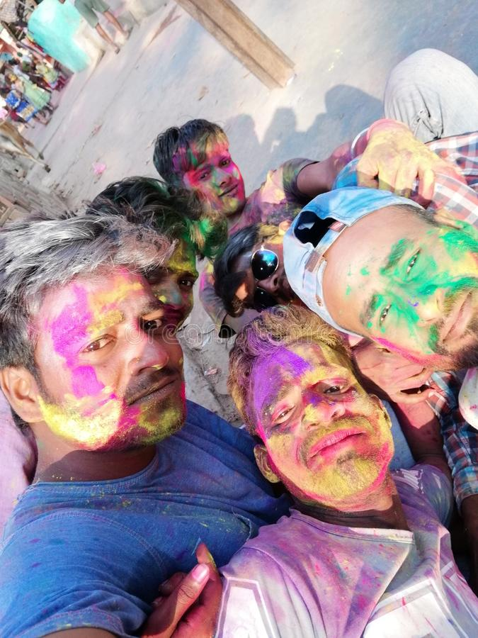 village coloré de groupe de garçons de holi naturel photos libres de droits