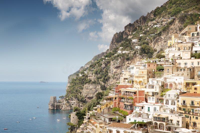 Village construit à flanc de montagne images libres de droits