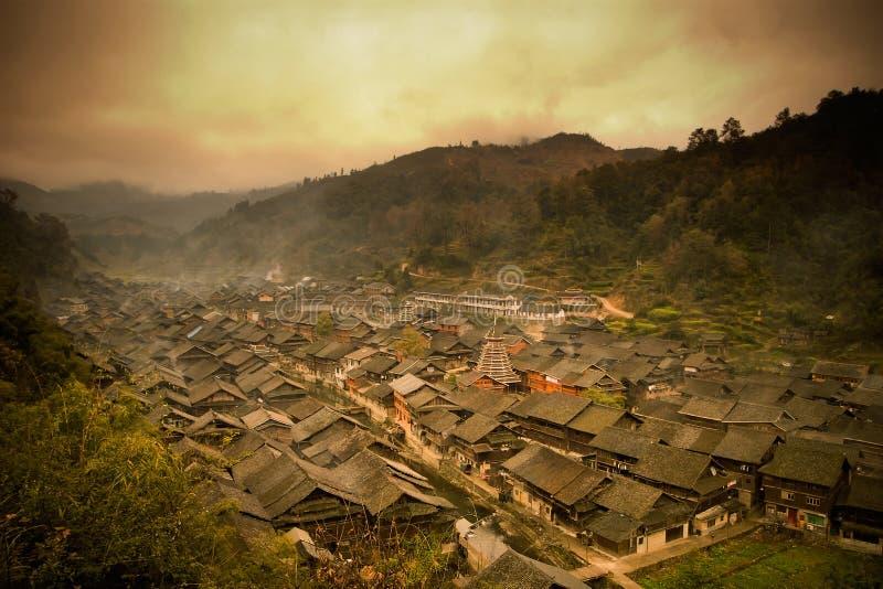 Village crépusculaire de minorité de dong en Chine image stock