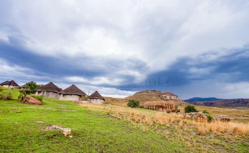 Village culturel de Basotho en montagnes Afrique du Sud de Drakensberg photographie stock libre de droits