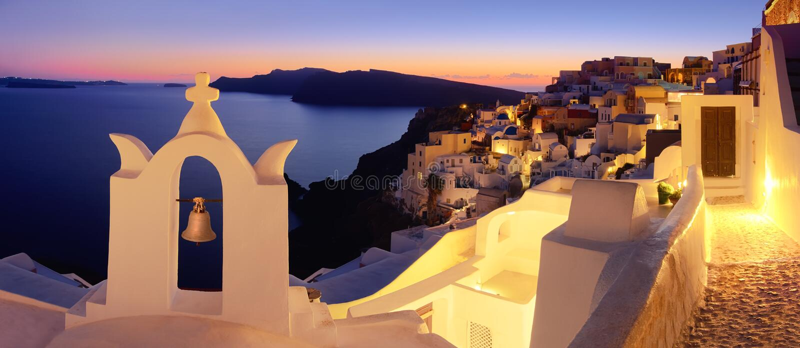 Village d'île de Santorini, Oia le soir, image panoramique photos libres de droits