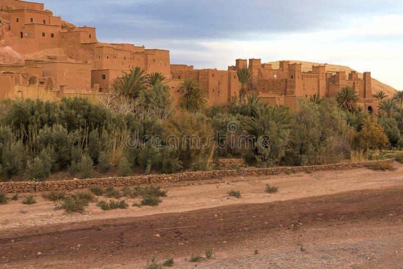 Village d'Ait Benhaddou, Maroc, dans la lumière de soirée photos stock