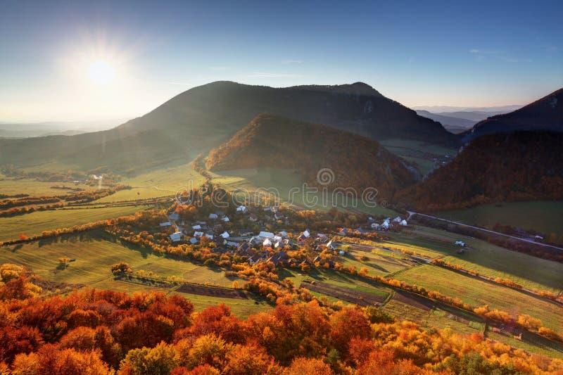 Village d'automne dans la campagne de la Slovaquie images libres de droits