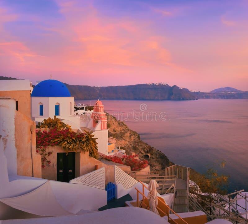 Village d'Oia, île de Santorini, Grèce sur un lever de soleil image libre de droits