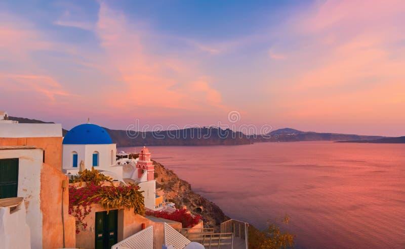 Village d'Oia, île de Santorini, Grèce sur un lever de soleil photos stock