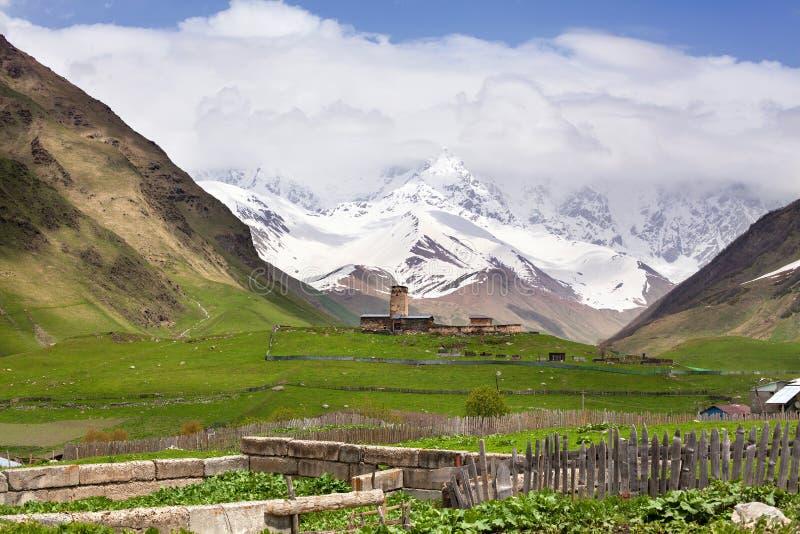 Village d'Ushguli en Géorgie, région de Svaneti, tours antiques sur les hautes montagnes caucasiennes d'une colline verte, crêtes images libres de droits