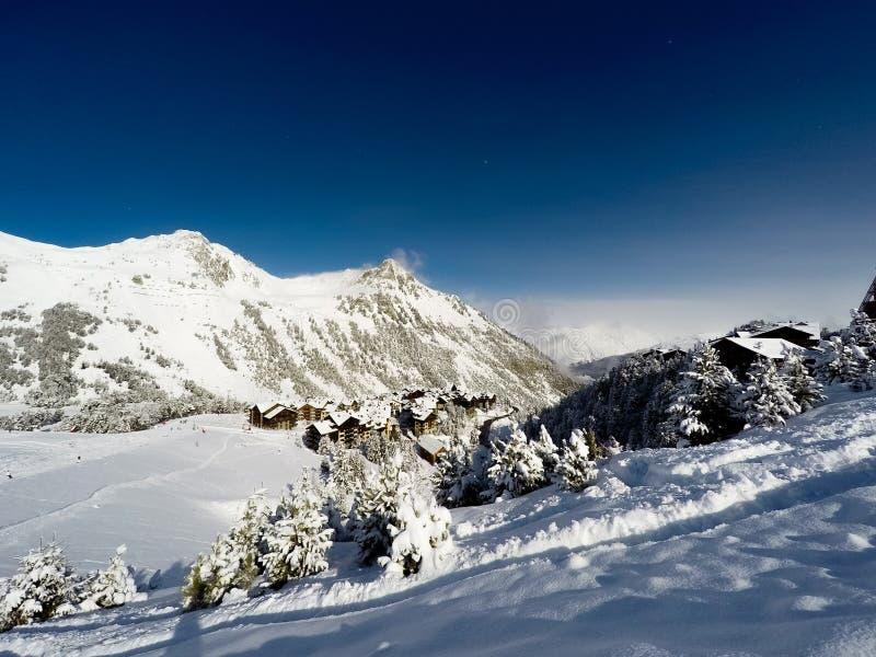 Village dans des arcs de Les, Alpes, Frances photographie stock