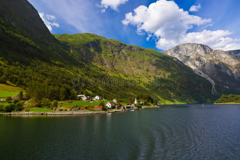 Village dans le fjord Sognefjord - Norvège image stock