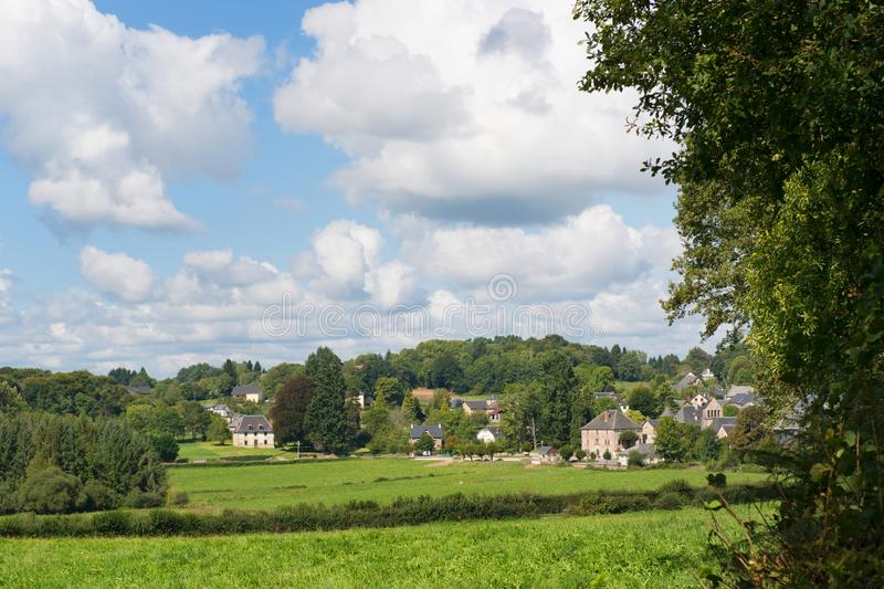 Village dans le paysage français photos stock