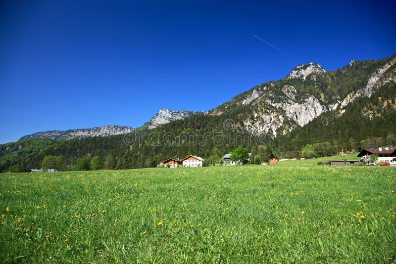 Village dans les Alpes images stock