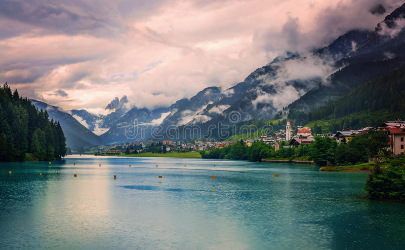 Village dans les montagnes photo stock