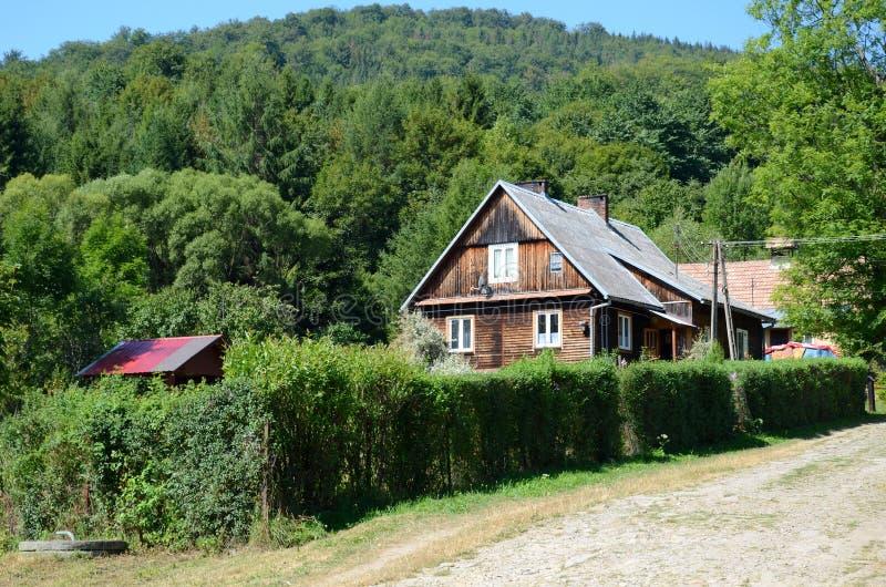 Village dans les montagnes, Pologne photos stock