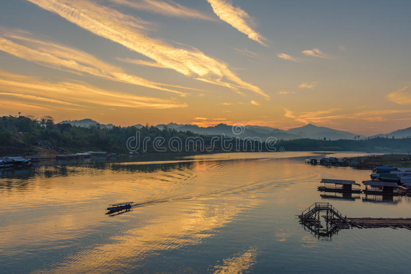 Village de bateau-maison en rivière de Kalia de chanson sur le lever de soleil, Sangkhlaburi, image libre de droits