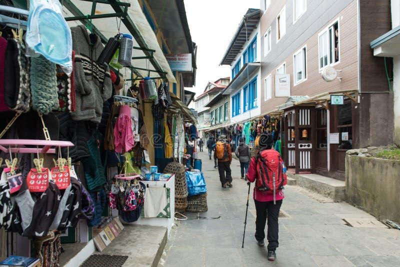 Village de bazar de namche de passage de promenade de Trekker pour le trekking et l'ev de début images stock