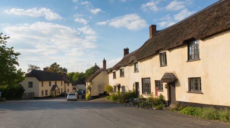 Village de Broadhembury Devon England est R-U avec les cottages couverts de chaume dans la région de collines de Blackdown de la  photographie stock