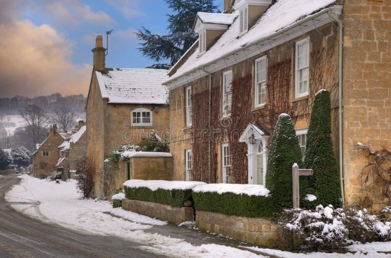 Village de Cotswold dans la neige images stock