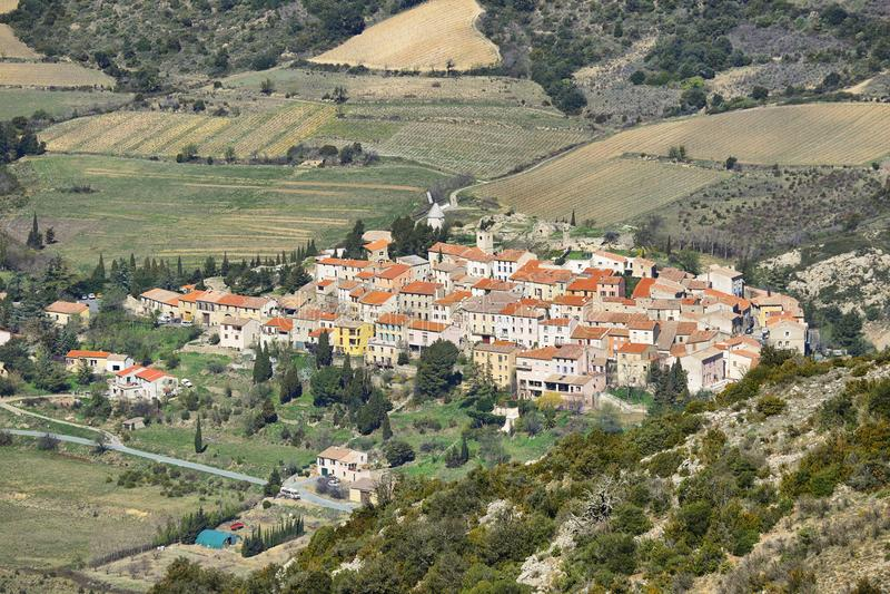 Village de Cucugnan au Languedoc-Roussillon, France photo stock
