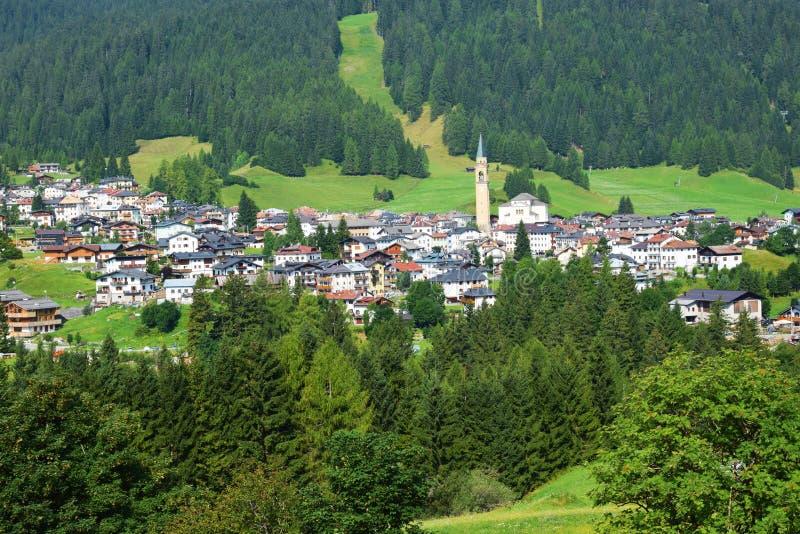 Village de Dobiacco, dans Cadore, montagnes de Dolomity, Italie images libres de droits