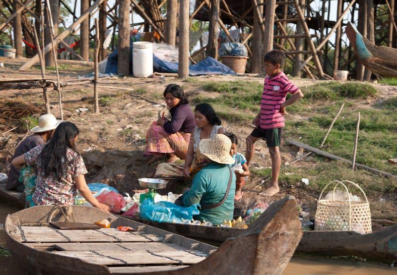 Village de flottement cambodgien image stock