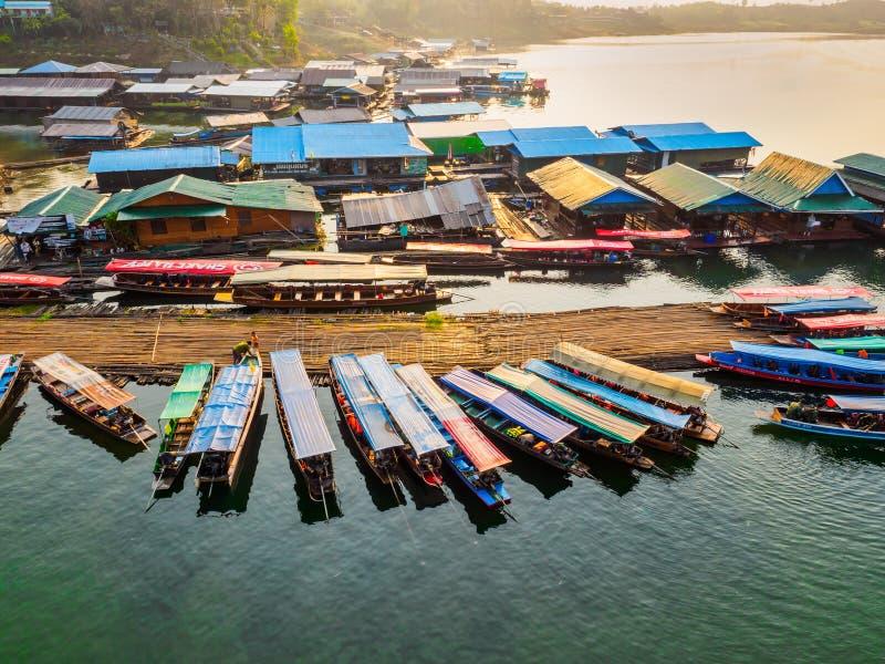 Village de flottement et bateaux de touristes s'accouplant à la rivière de Sangkhlaburi, Thaïlande image libre de droits