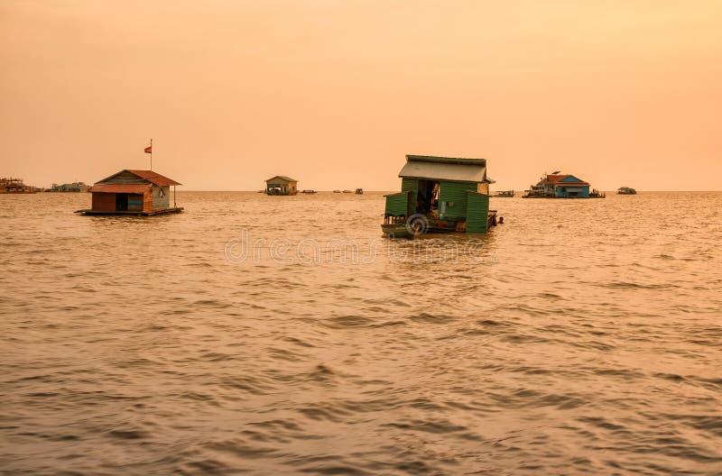 Village de flottement sur la sève de Tonle de lac photographie stock libre de droits