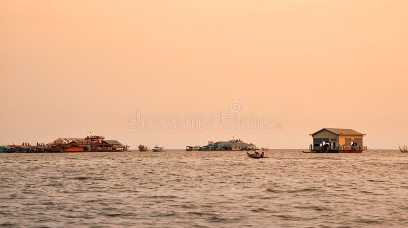 Village de flottement vietnamien sur la sève de Tonle de lac, Cambodge photographie stock