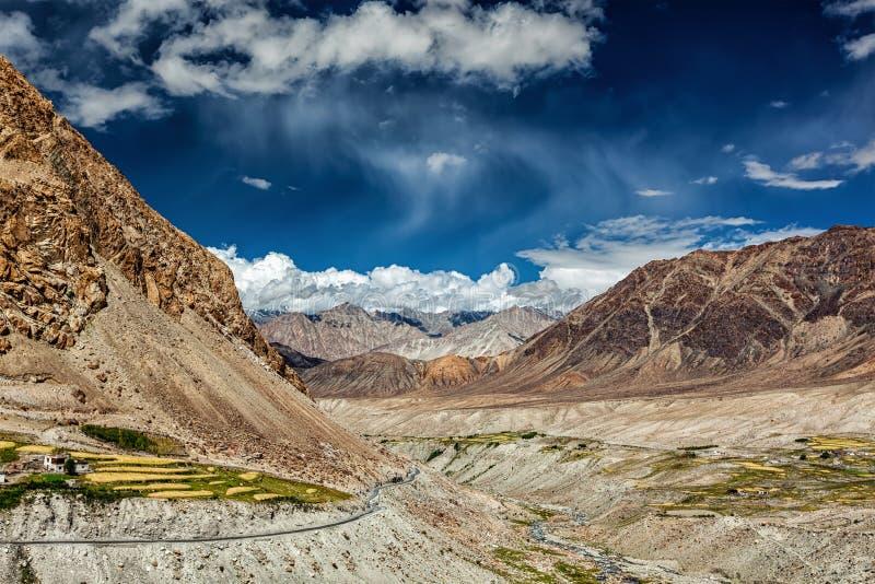 Village de Kardung en Himalaya photographie stock libre de droits