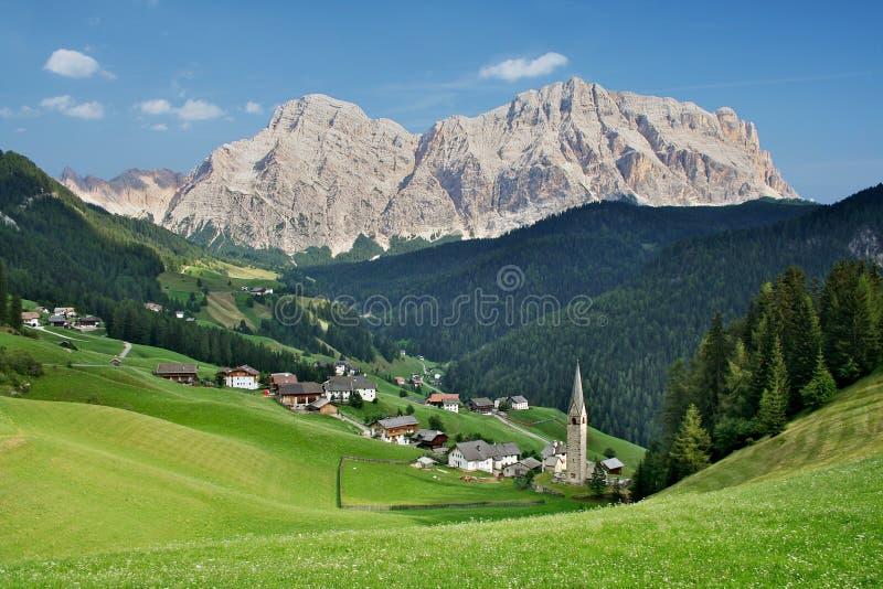 village de l'Italie de dolomites photographie stock