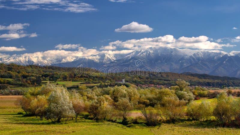Village de la Transylvanie avec les montagnes carpathiennes à l'arrière-plan dans le temps d'automne, Roumanie photos libres de droits