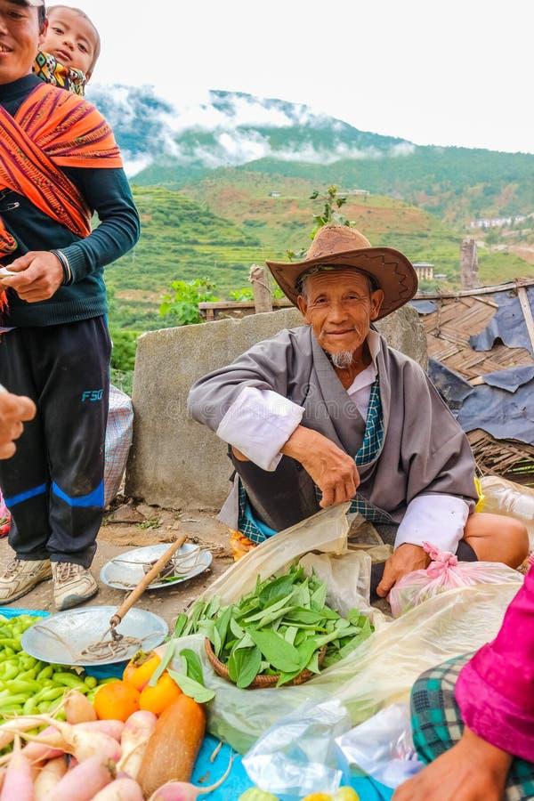 Village de Lobesa, Punakha, Bhutan - 11 septembre 2016 : Vieil homme de sourire non identifié au marché hebdomadaire d'agriculteu photos stock