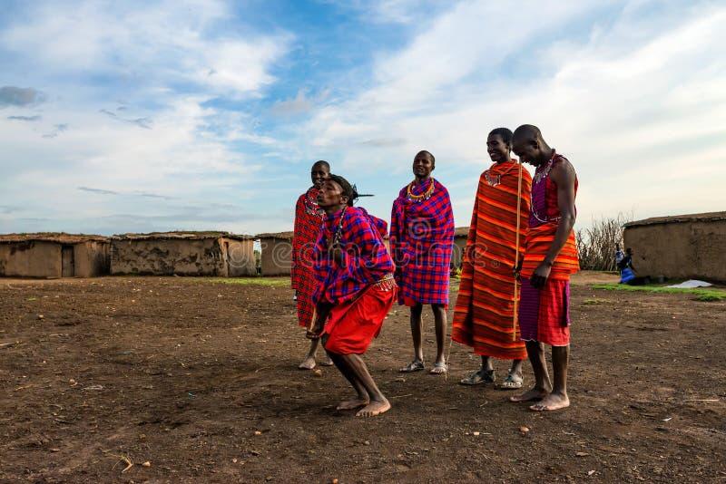 VILLAGE DE MAASAI, KENYA - 2 JANVIER 2015 image libre de droits