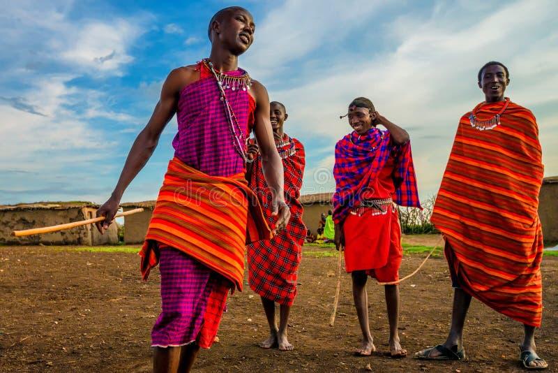 VILLAGE DE MAASAI, KENYA - 2 JANVIER 2015 : Personnes non identifiées de Maasai au Kenya images stock
