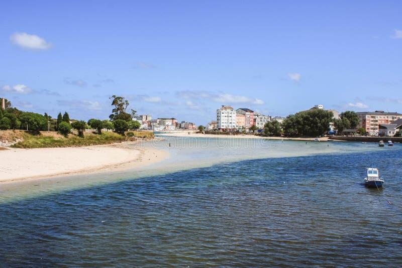 Village de marin et plage un jour ensoleillé, San Ciprian, San Cibrao, Galicie, Espagne photographie stock libre de droits