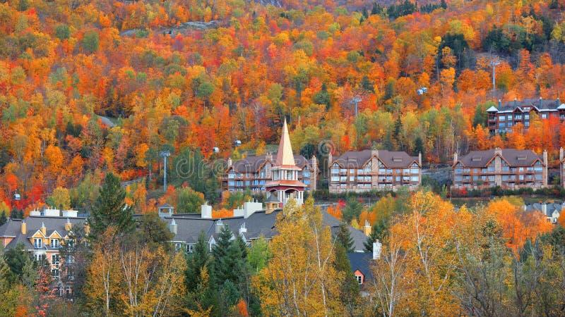 Village de Mont Tremblant dans le temps d'automne photographie stock