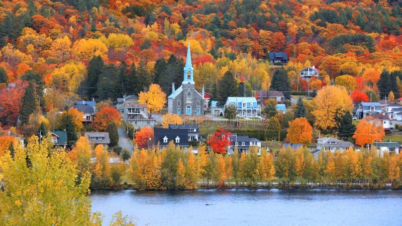 Village de Mont Tremblant dans le temps d'automne photos stock