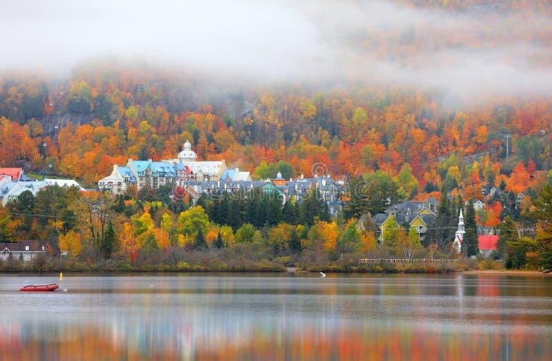 Village de Mont Tremblant dans le temps d'automne image stock
