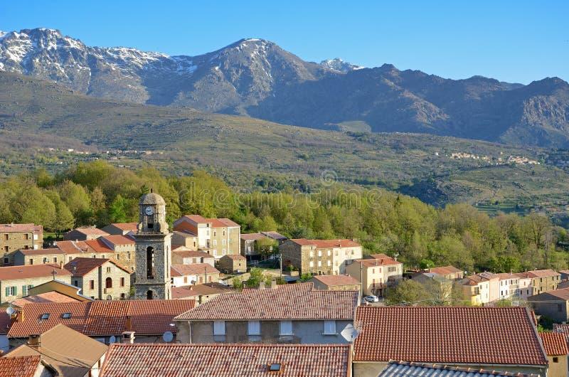 Village de montagne au milieu de la Corse photo stock