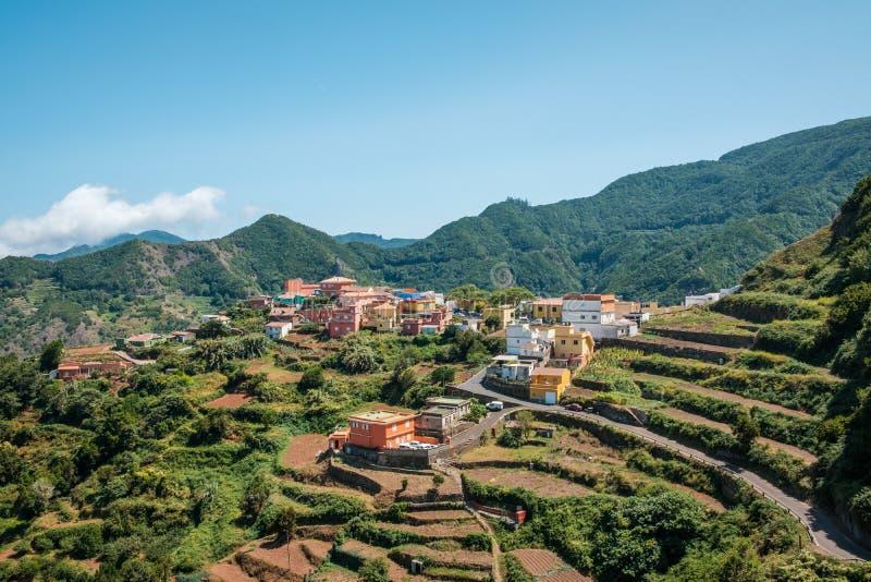 Village de montagne avec des champs de terrasse, montagnes d'Anaga, Ténérife, image stock