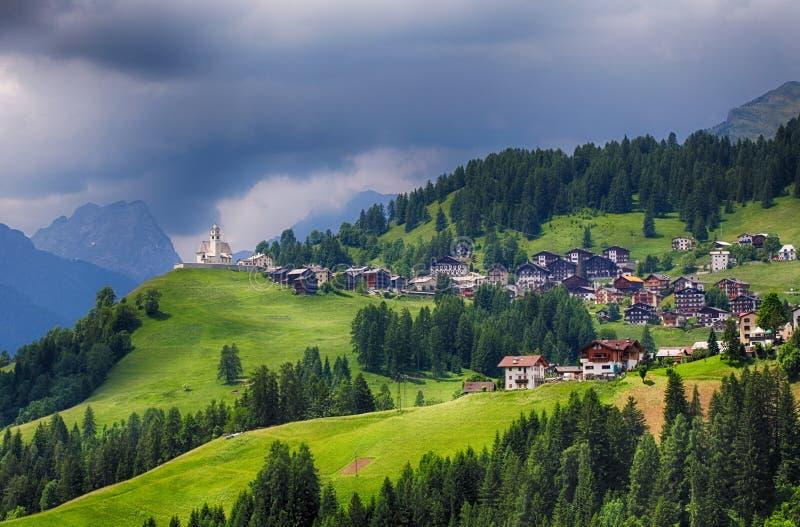 Village de montagne avec la maison en dolomites photo stock