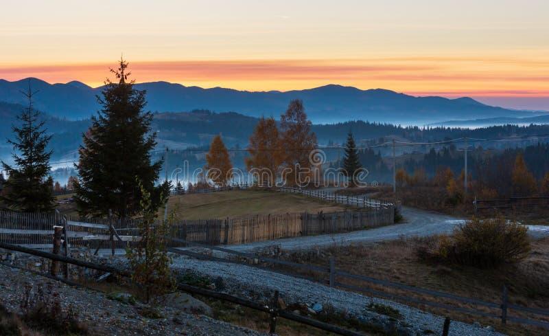Village de montagne carpathienne brumeux d'automne de début de la matinée, Ukraine photos stock