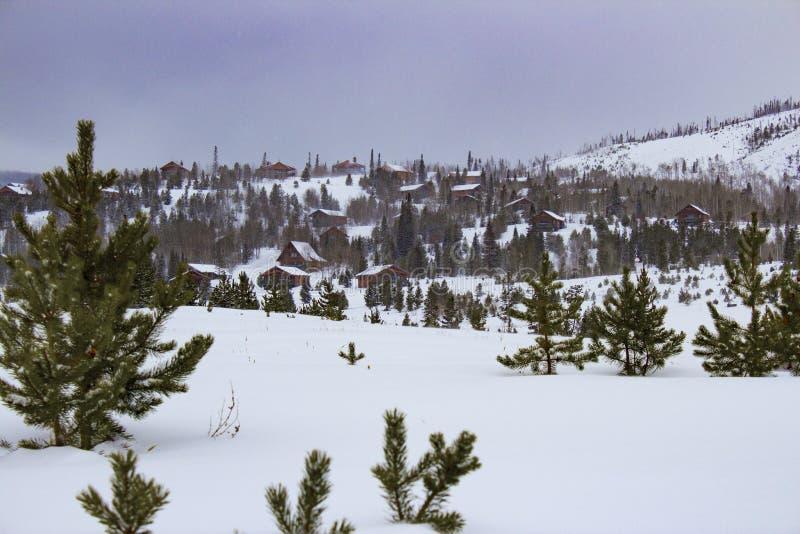 Village de montagne d'hiver photographie stock libre de droits