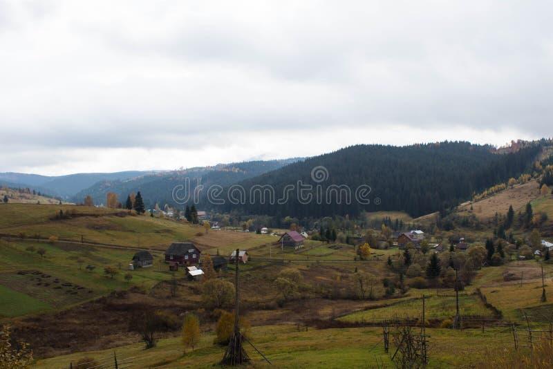 Village de montagne dans les Carpathiens photos libres de droits