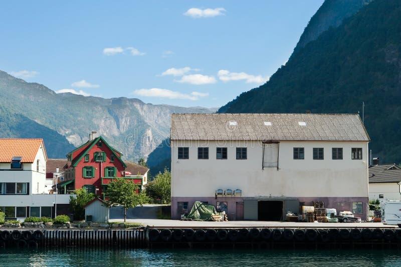 Village de montagne dans un fjord photos libres de droits