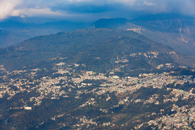 Village de montagne de Gangtok avec les arbres verts et ciel bleu qui regardent le niveau supérieur de forme du monastère de Rumt photographie stock
